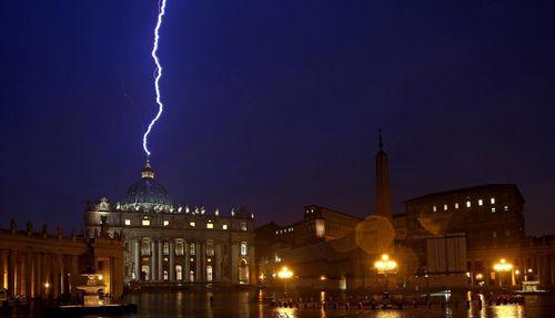 El rayo en el Vaticano: Aviso a los católicos de que lo que sucede en el Vaticano no es correcto. A la Curia, que tenga cuidado con lo que planean ya que no es de Dios, ni de sus leyes.