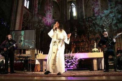 El P. Joan Enric Reverte, celebrando una Misa Rock en la cathedral del Tarragona, el 8 de abril del 2010
