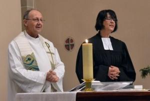 Sacerdote católico y pastora protestante en una misa en Alemania.